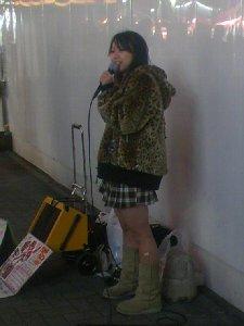 電気街口でのakiko。上はいいんですが下は結構寒そうだよ(^^;)。