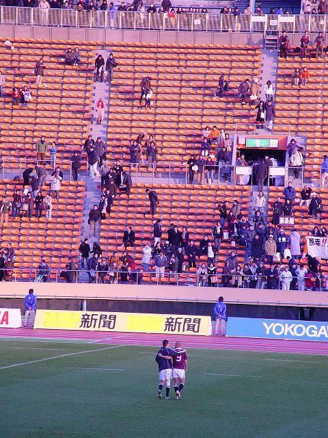 試合後矢富、曽我部の二人は肩を組みバックスタンドの応援団に挨拶に行った。