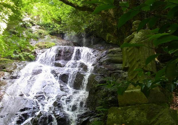 地蔵と滝.jpg