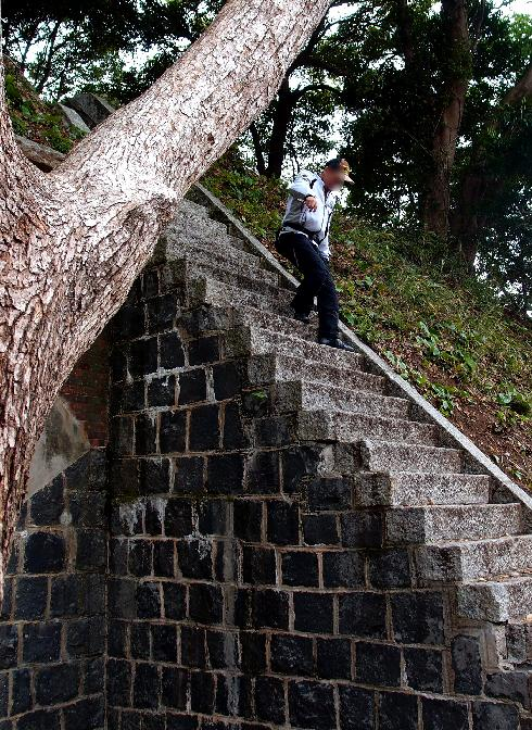 8 この階段が怖いんだよね.JPG