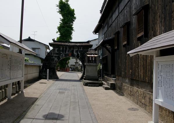 お寺の石門.JPG