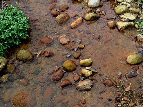 鉱山らしい色の川.JPG