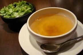 シーフードドリアのセットのスープとサラダ
