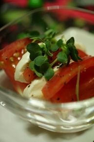 トマト&モッツァレラチーズにオリーブオイル・塩コショウでカプレーぜ風に。