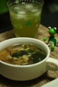 キノコとわかめのタマゴスープ キノコはシイタケときくらげ