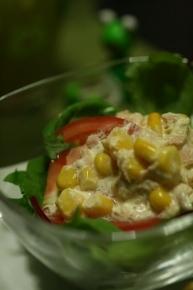 ベビーリーフ・トマト・コーンツナマヨのサラダ
