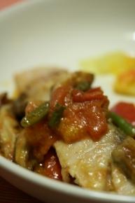 ナイルパーチ(白身魚)のムニエル ナイルパーチに小麦粉つけて焼いて、オリーブオイル・トマト・シイタケ・インゲンをを投入し、バター・醤油・クレイジーソルト・柚子胡椒で味付けしました。
