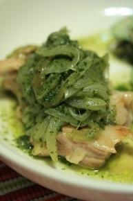鶏モモと玉ネギのバジルオイル炒め