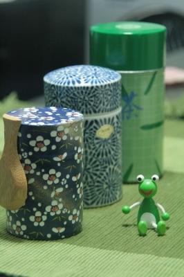 茶筒三種購入~♪一番奥は蒲南茶荘オリジナル茶筒!真ん中は有田焼きの陶器の茶筒!手前はナナがチョイスしたお手頃価格の茶筒!