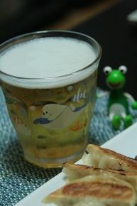 餃子と言えばビールっしょ♪・・・発泡酒だけど(._.ゞ)ポリポリ