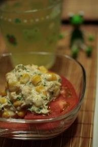 トマトにツナ・コーン・パセリをマヨネーズで合えたのをトッピング