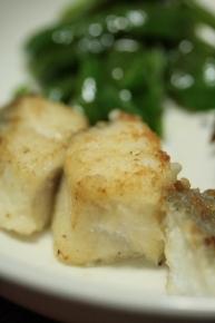 鱈がニ切れしかなかったので一口サイズに切ってニ切れを無理やり三人分に~。小麦粉つけてソテー!