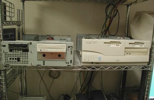 ケースを外した2台のパソコン