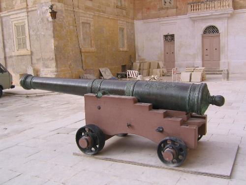 大聖堂前にあった大砲.jpg