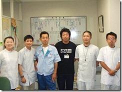ベイサイドアリーナ事務所にて 施設長佐々木さん(中央右)と林さん(中央左)_R