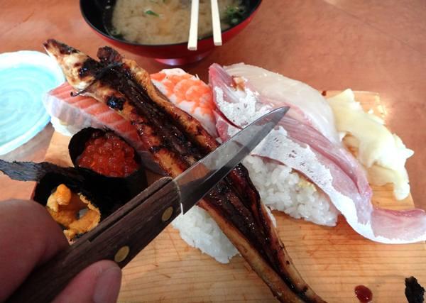 14 大きすぎてナイフが出てくる寿司は初めて.JPG