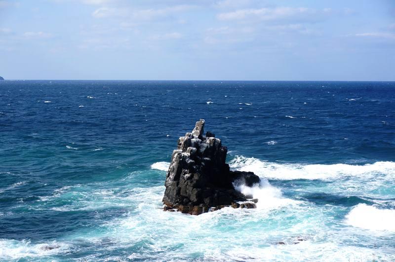 33 荒波を受けるとんがり岩.JPG