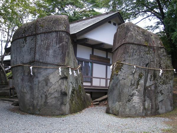 三石神社の岩.jpg