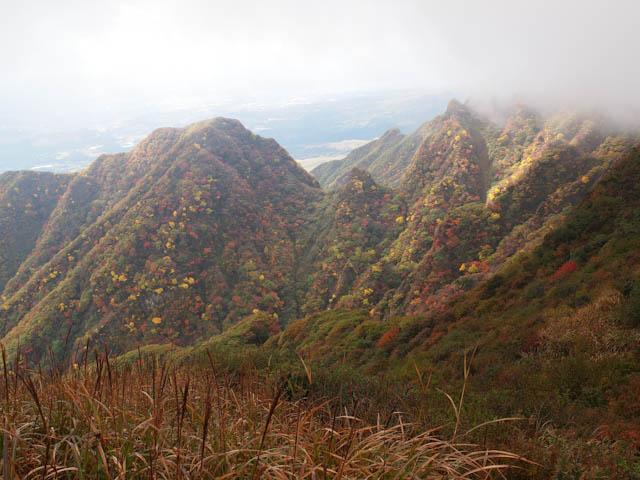 霧から現れた根子岳