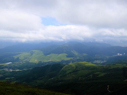 涌蓋山頂よりくじゅう連山を眺める