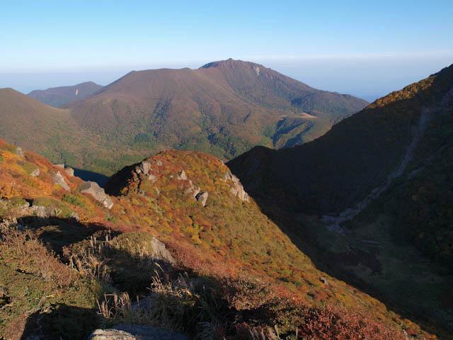 北峰から大船山を望む