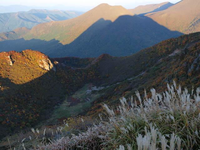 三俣山の影が伸びて