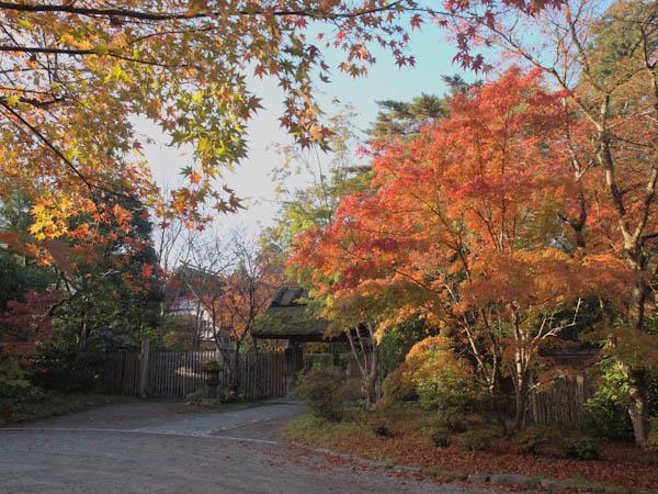 亀の井別荘前