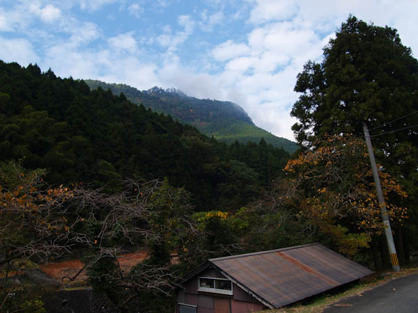 登山口付近より、求菩提山を見上げる