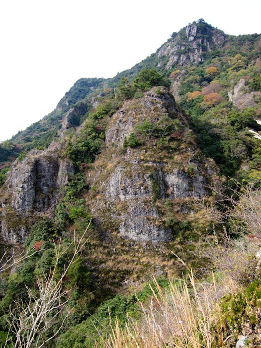 下から岩峰を見上げる。