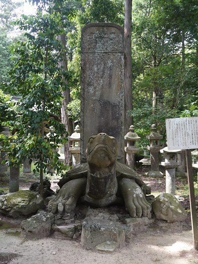 月照寺の亀墓.jpg