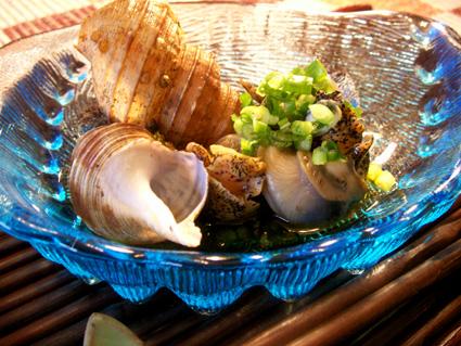 スーパーでつぶ貝とさざえが並べて置いてありましたがさざえが1個400円、かたやつぶ貝は8個200円・・その結果が本日のレシピになっておりますので、このあたり