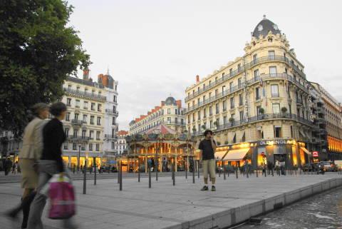 うう~ん、フランスだなあ。街並みが、アイルランドとは違いますね。 ビルの... フランス:一瞬の
