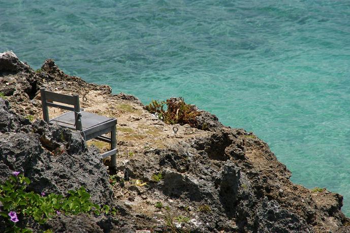 これは本島北部の方にある瀬底島で撮ったんですが、なぜ、こんなところに椅子があったのか、全くもってワカリマセン。