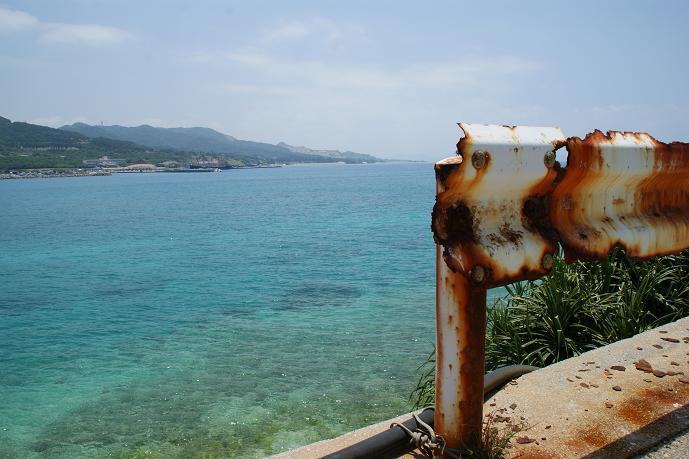 コチラも瀬底島で撮りました。ガードレールも錆びまくってます。