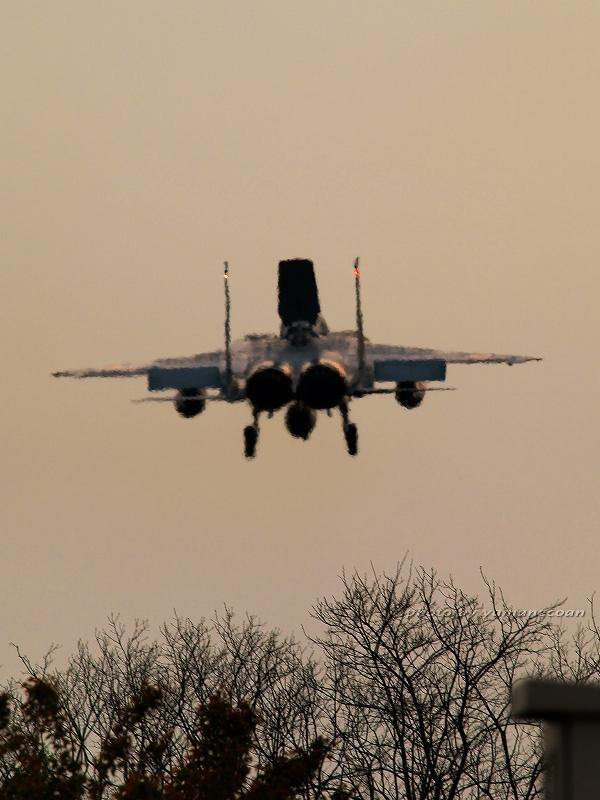 着陸するF15.jpg