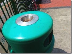 シンガポールの街中に設置されている灰皿