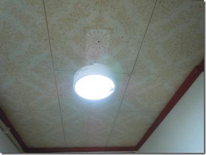 玄関の天井照明をセンサー付LEDライトに交換したところ