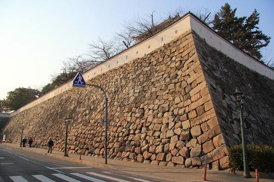 福山駅のすぐ北にある石垣
