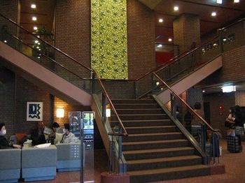 ロビー階段.jpg