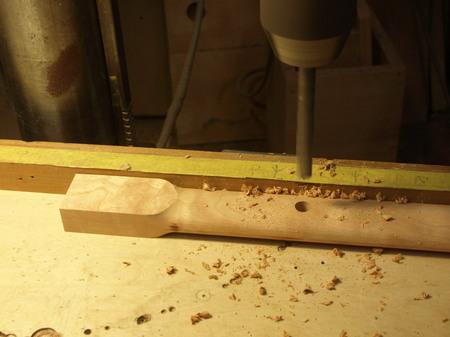 013、チェリー材のアームにダボ穴を空ける.jpg