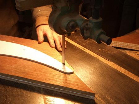 014、型を使って側板を切る.jpg