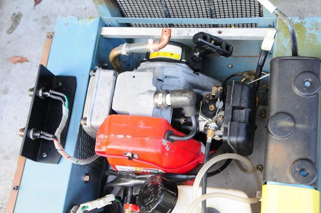15 90式に搭載されたコマツのガソリンエンジン.jpg