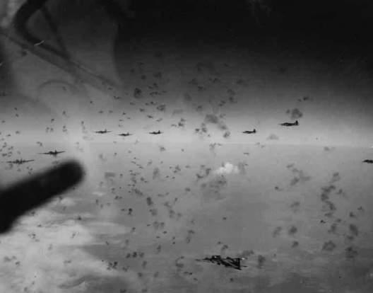 ドイツ上空で対空砲火を受けている.jpg