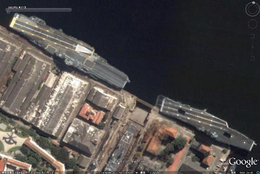ブラジル海軍空母サン・パウロ&前任空母ミナス・ジェライス.jpg