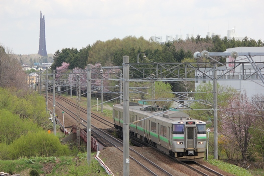 桜と百年記念塔と普通列車01.jpg