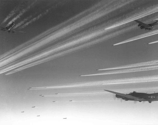 欧州戦線で編隊を組むB-17F.jpg