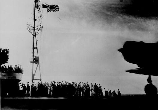 空母「翔鶴」から発艦する第二波攻撃隊.jpg