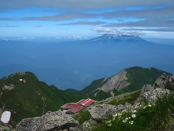 御嶽山と小屋.JPG