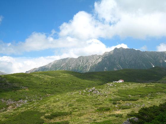 水晶岳と雲ノ平山荘.JPG