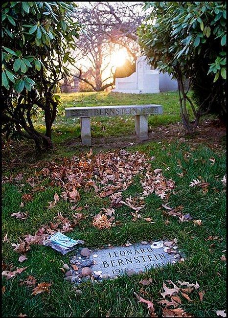 430px-Leonard_Bernstein_Grave,_Sunset,_Green-Wood_Cemetery.jpg